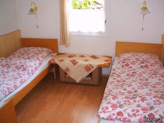Ubytování Jižní Čechy - ložnice s oknem do zahrady